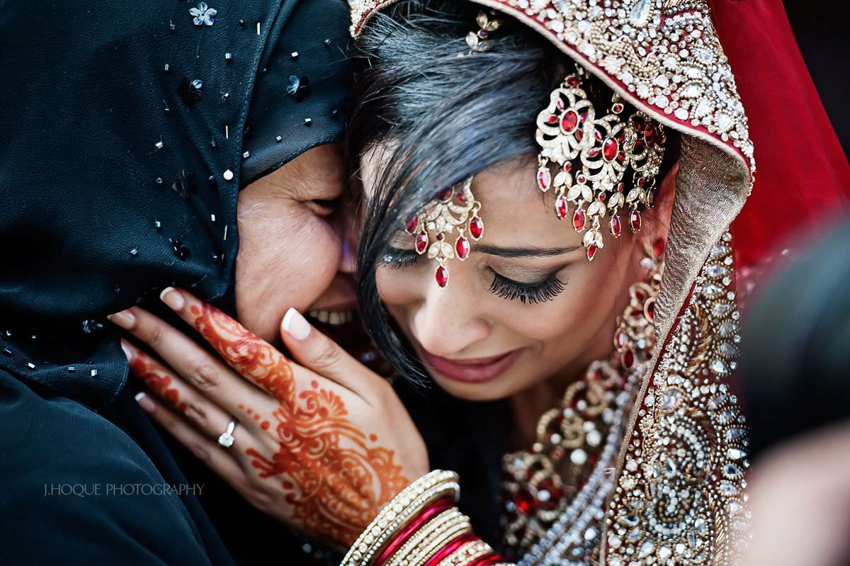 Bride and mum crying during emotional vidaai | Muslim Wedding Photography Slough