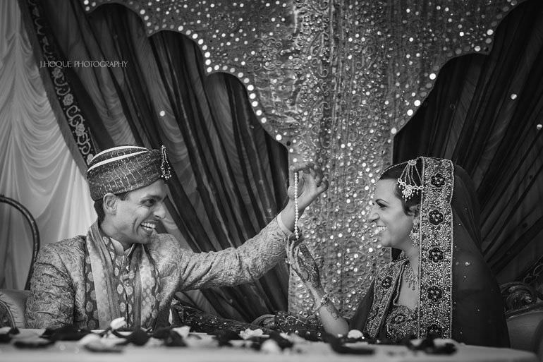 Groom performs magic trick for bride | Hever Castle Asian Documentary Wedding Photographer Kent | 0767-BW