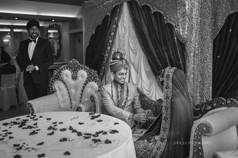 Groom performs magic trick for bride | Hever Castle Asian Documentary Wedding Photographer Kent | 0768-BW